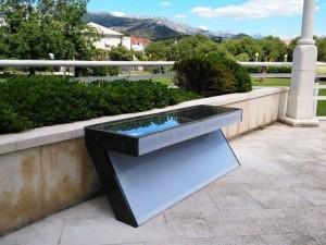 Un étudiant croate a inventé un banc solaire pour charger les smartphones